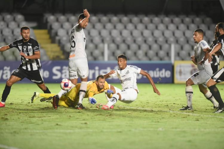 Atacante Bruno Marques chuta a bola no jogo Santos x Inter de Limeira, na Vila Belmiro, pelo Campeonato Paulista  (Foto: Divulgação/Santos FC)