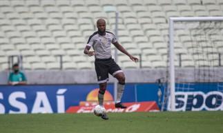 Zagueiro Messias com a bola no jogo Ceará x Sampaio Corrêa, na Arena Castelão, pela Copa do Nordeste