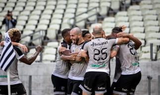 Jogadores comemoram gol no jogo Ceará x Sampaio Corrêa, na Arena Castelão, pela Copa do Nordeste