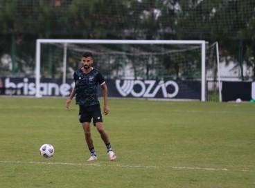Meia Jorginho com a bola em treino do Ceará no estádio Carlos de Alencar Pinto, em Porangabuçu