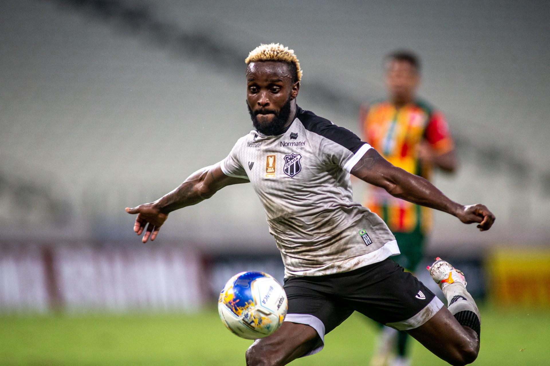 Atacante Steven Mendoza com a bola no jogo Ceará x Sampaio Corrêa, na Arena Castelão, pela Copa do Nordeste