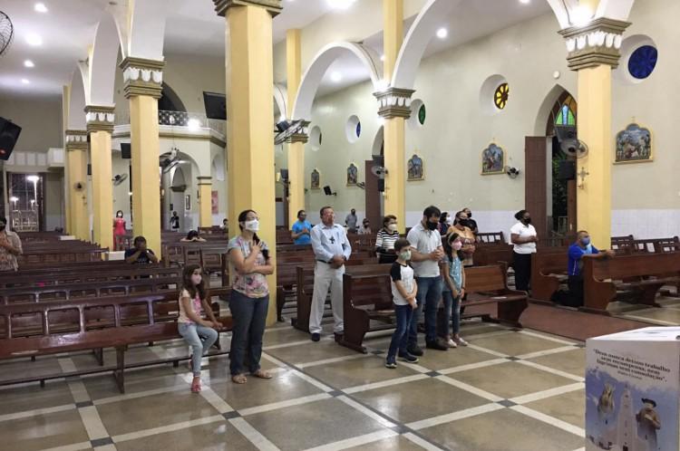 Fiéis participam de missa na Basílica de Nossa Senhora das Dores, nesta segunda-feira, 19, em Juazeiro do Norte