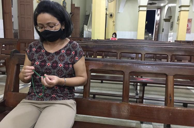 Cuidadora Luciana Dias costuma ir com frequência à Basílica de Nossa Senhora das Dores, em Juazeiro do Norte