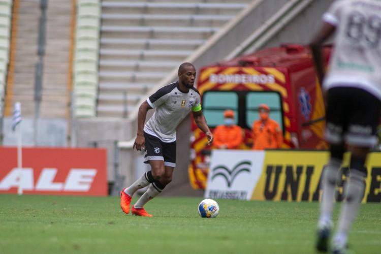 Zagueiro Luiz Otávio com a bola no jogo Ceará x Sampaio Corrêa, na Arena Castelão, pela Copa do Nordeste (Foto: Stephan Eilert/CearaSC)