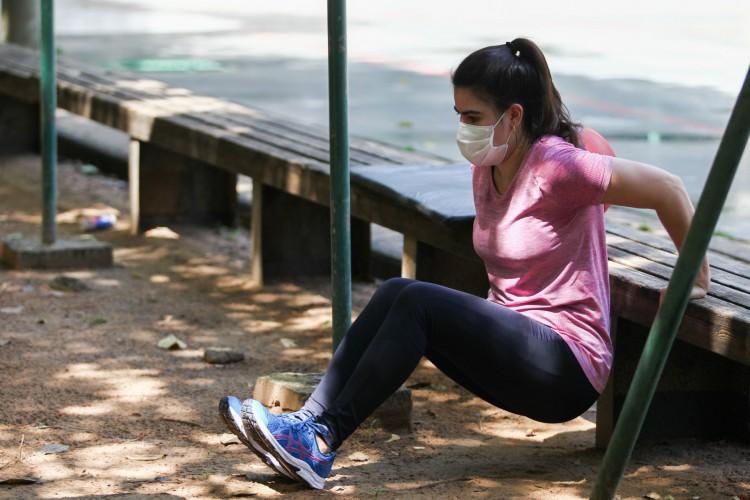 A enfermeira Maria Ligia aproveitou o dia para praticar atividades físicas ao ar livre (Foto: FABIO LIMA)