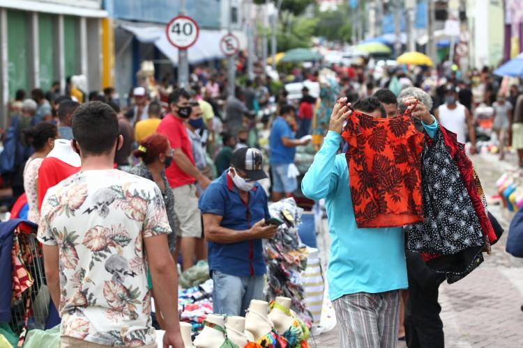 Aglomeração registrada no Centro de Fortaleza com a ocupação de feirantes nos arredores da rua José Avelino (Foto: Fábio Lima)