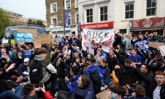Torcedores do futebol protestam contra a proposta da Super Liga Europeia fora do estádio de futebol Stamford Bridge, em Londres.