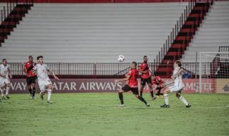 Jogadores disputam a bola no jogo Atlético-GO x Newell's Old Boys, no estádio Antônio Accioly, pela Copa Sul-Americana