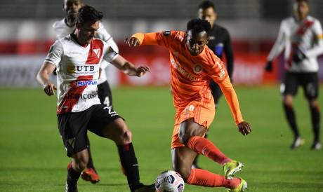 Lateral-esquerdo Moisés disputa bola no jogo Always Ready x Internacional, pela Copa Libertadores