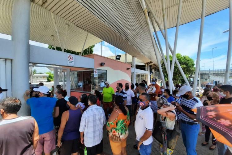 Fila de vacinação no Cuca da Barra (Foto: Júlio Caesar/ O Povo)