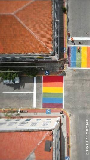 Imagem traz as cores da bandeira LGBTQI+ (Foto: Reprodução/Instagram Ivo Gomes)