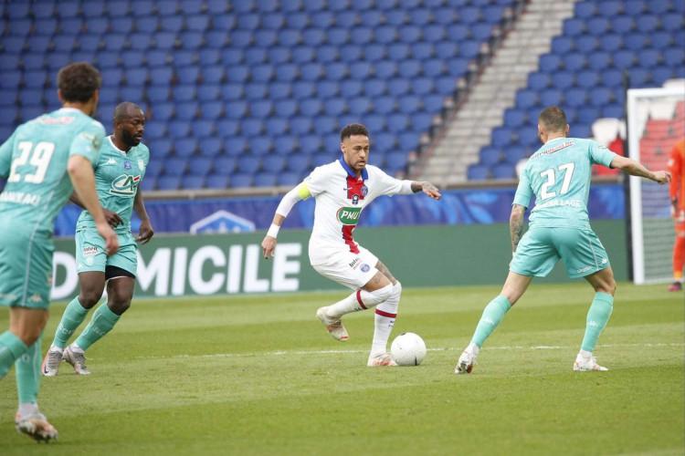 Atacante Neymar com a bola no jogo PSG x Angers, no Parc des Princes, pela Copa da França (Foto: Divulgação/PSG)