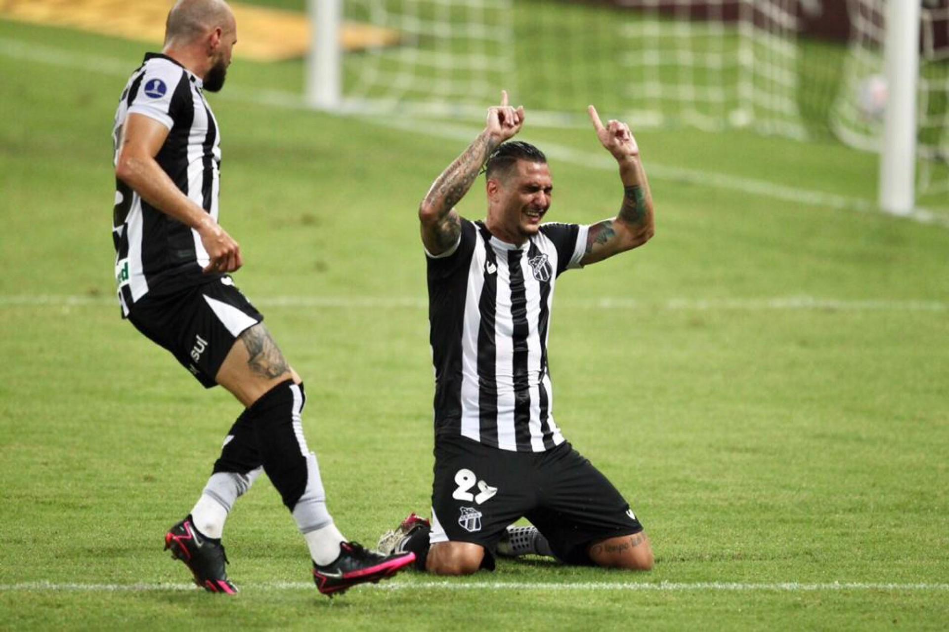 Vina celebra o gol que selou a vitória do Ceará sobre o Jorge Wilstermann (Foto: Fabio Lima)