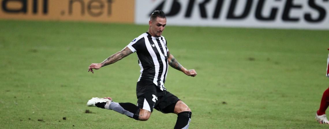 Vinícius Vina é titular do Ceará diante do Vitória.  (Fotos: Fabio Lima/O POVO) (Foto: FABIO LIMA)