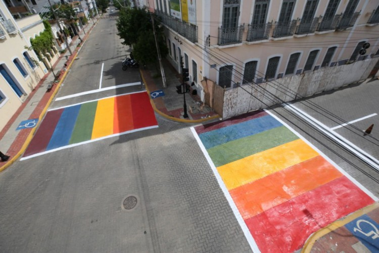 Faixas de pedestres nas cores da bandeira LGBTQI+ em Sobral. Fortaleza deve implantar duas faixas coloridas em breve. (Foto: Reprodução Prefeitura de Sobral )