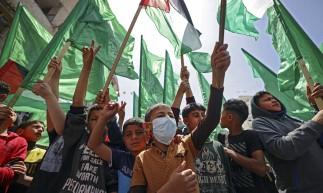 Palestinos gritam slogans durante uma manifestação na cidade de Gaza em 23 de abril de 2021, condenando confrontos noturnos em Jerusalém oriental anexada a Israel