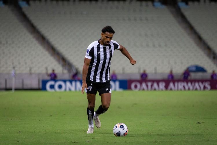 Lateral-direito Gabriel Dias com a bola no jogo Ceará x Jorge Wilstermann, na Arena Castelão, pela Copa Sul-Americana (Foto: Fausto Filho / Ceará SC)