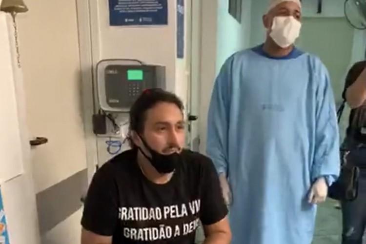 O cantor cearense Vicente Nery recebeu alta, nesta sexta-feira, 23, após passar quase 10 dias internado com Covid-19 (Foto: Reprodução/Instagram)