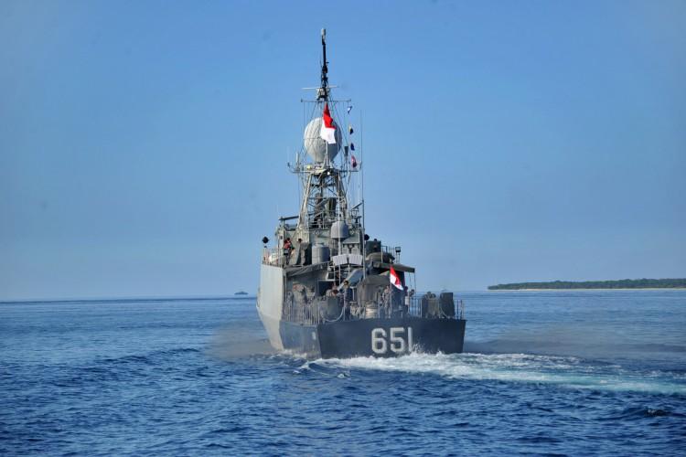 O barco patrulha da Marinha da Indonésia KRI Singa (651) deixa a base naval em Banyuwangi, província de Java Oriental, em 24 de abril de 2021, enquanto os militares continuam as operações de busca na costa de Bali para o submarino KRI Nanggala (402) da Marinha que desapareceu em abril 21 durante um exercício de treinamento (Foto: SONNY TUMBELAKA / AFP)