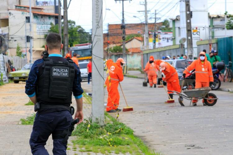 Limpeza nos arredores da fábrica da White Martins, no bairro Jacarecanga. (Foto: Barbara Moira/ O POVO)