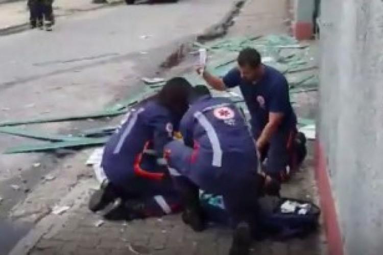 Após explosão, Samu atende vítimas na calçada da Fábrica White Martins (Foto: Reprodução)