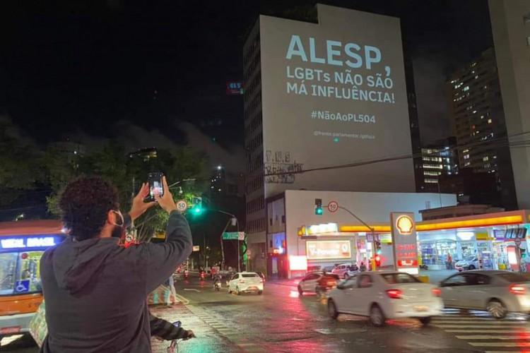 Projeto de Lei nº 504/2020 pretende proibir propagandas em qualquer veículo de mídia ou comunicação que faça alusão ou tenha pessoas ou famílias LGBTQIA+ no estado de São Paulo. (Foto: Reprodução/Twitter)