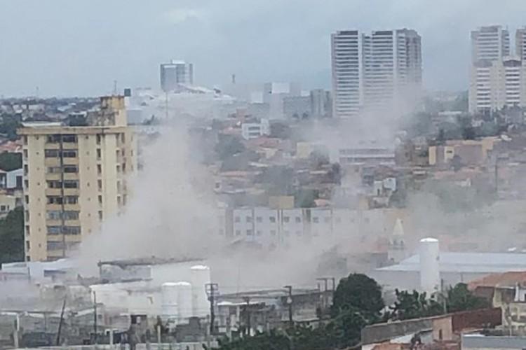 Fumaça foi vista de longe. Moradores de diversos bairros relatam janelas quebradas (Foto: Whats App O POVO)