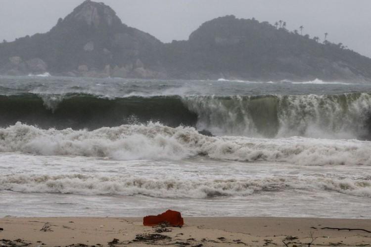 Frete fria traz tempestadee e ressaca na praia da Barra da Tijuca, no Rio de Janeiro (Foto: Fernando Frazão/Agência Brasil)