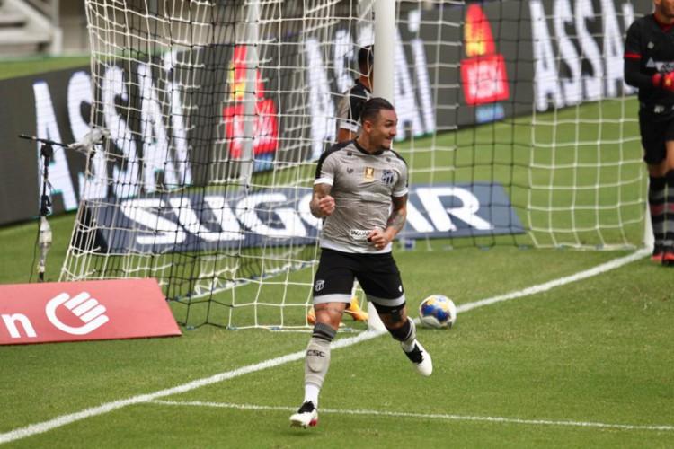 Vina comemora gol marcado diante do Vitória em partida do Ceará válida pela semifinal da Copa do Nordeste 2021, na Arena Castelão.  (Foto: Fábio Lima/ O POVO)