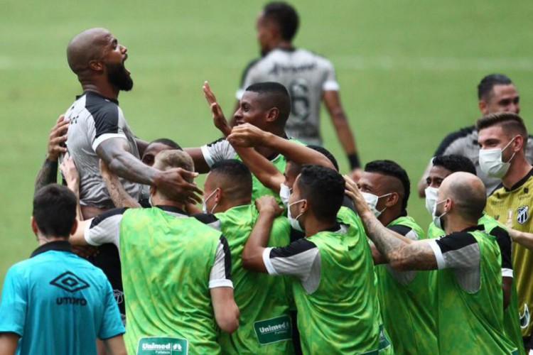 Messias comemora gol marcado diante do Vitória em partida do Ceará válida pela semifinal da Copa do Nordeste 2021, na Arena Castelão.  (Foto: Fábio Lima/ O POVO)