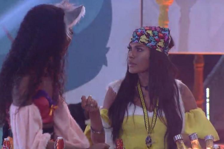 Pocah e Camilla de Lucas conversam no BBB 21 durante a madrugada de hoje, 24 (Foto: Reprodução/ Rede Globo)