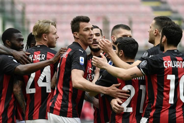 Entre os jogos desta segunda-feira, 26, o Milan entra em campo pelo Campeonato Italiano (Foto: Filippo MONTEFORTE / AFP)
