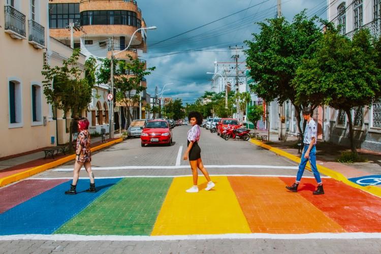 Projeto que pinta as faixas de pedestres com as cores da bandeira LGBT começou em Sobral (Foto: Yuri Lima/Divulgação)