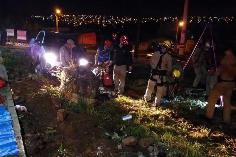 Homem caiu em poço de 15 metros após sair do carro para ver prejuízos de batida.  (Foto: Divulgação/PMPR)