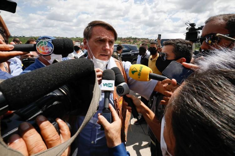 Presidente Jair Bolsonaro em rápida entrevista à imprensa após a inauguração da duplicação de um trecho de rodovia na Bahia (Foto: Alan Santos/PR)