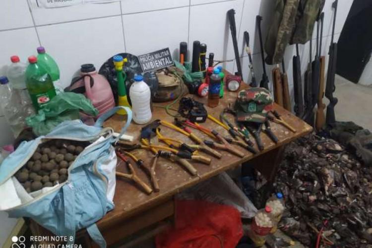 Material encontrado com 13 homens que foram conduzidos à Delegacia Regional de Sobral onde assinaram um TCO (Foto: Foto: Polícia Militar)