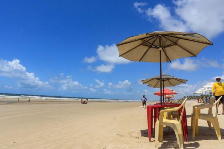 As barracas de praia  estão autorizadas a abrir aos fins de semana, mas só podem funcionar na modalidade de restaurante (Foto: Barbara Moira)