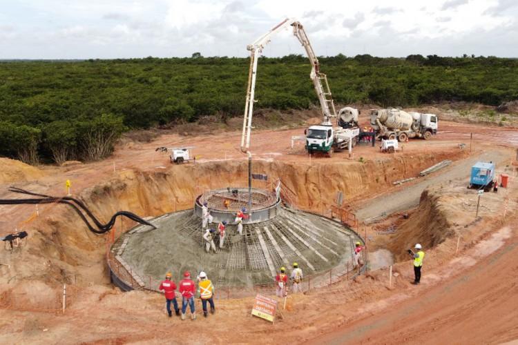 Concretagem da base do primeiro aerogerador do Complexo Eólico Serra do Mato (Foto: Divulgação )