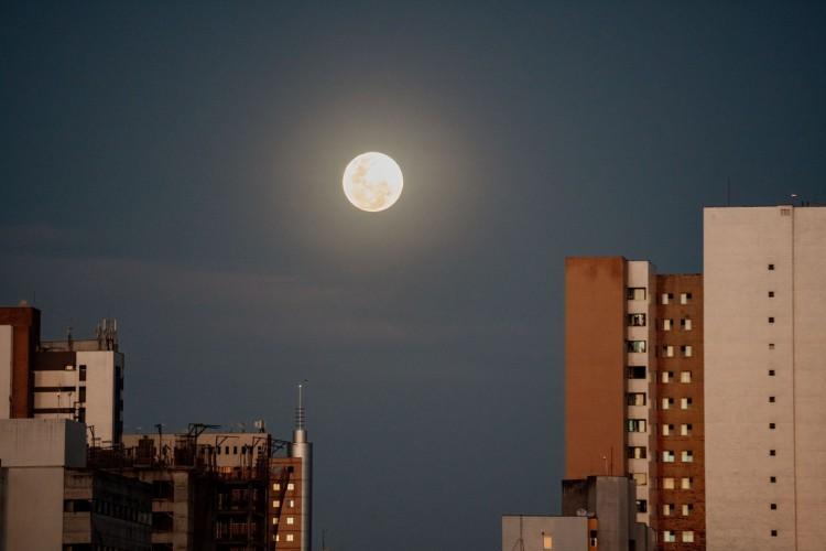 Fortaleza em 26 de abril de 2021, Imagem da superlua, na Aldeota. (Foto: Julio Caesar)