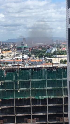 Incêndio nas proximidades do Centro Fashion em Fortaleza. (Foto: VIA WHATSAPP/ O POVO)