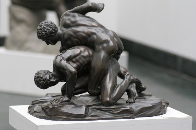 Dois lutadores de pancrácio. Réplica do museu Staatliche Antikensammlungen (Coleções Estatais de Antiguidades), em Munique, Alemanha, de escultura em mármore romana, que por sua vez é baseada em um modelo grego do século III a.C.. A cópia é de aproximadamente 1900.