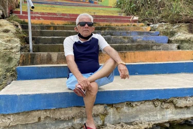 José Gerardo Rocha, de 72 anos, resolveu esperar sua vez para receber o imunizante se balançando, em Fortaleza (Foto: Reprodução/Instagram)