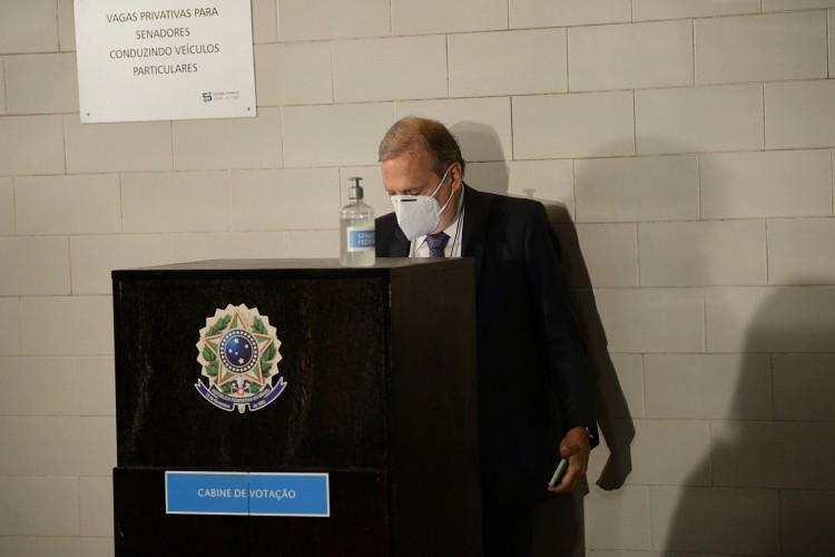 Para evitar aglomeração, Tasso votou em urna montada no estacionamento do Senado Federal (Foto: Pedro França/Agência Senado)