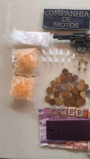 Suspeito foi encontrado com arma de fogo e drogas (Foto: DIVULGAÇÃO/ SSPDS)