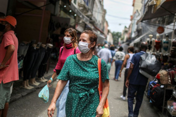 People walk around the Saara street market, amid the outbreak of the coronavirus disease (COVID-19), in Rio de Janeiro, Brazil November 19, 2020. Picture taken November 19, 2020. REUTERS/Pilar Olivares (Foto: Reuters/Pilar Olivares/)