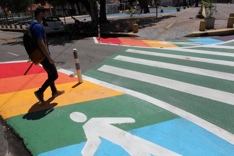 Faixas de pedestres com as cores do movimento LGBTI  no Benfica (Foto: FABIO LIMA)