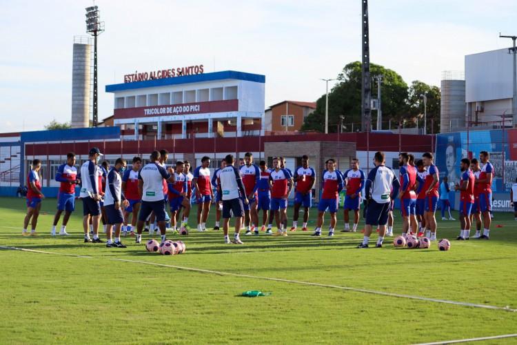 Comissão técnica e jogadores conversam em treino do Fortaleza no Centro de Excelência Alcides Santos, no Pici (Foto: Leonardo Moreira/Fortaleza EC)