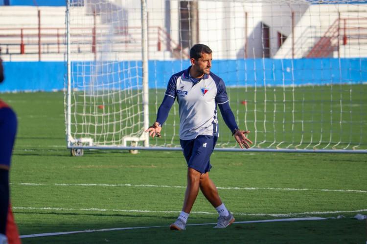 Auxiliar técnico Leonardo Porto em treino do Fortaleza no Centro de Excelência Alcides Santos, no Pici (Foto: Leonardo Moreira/Fortaleza EC)