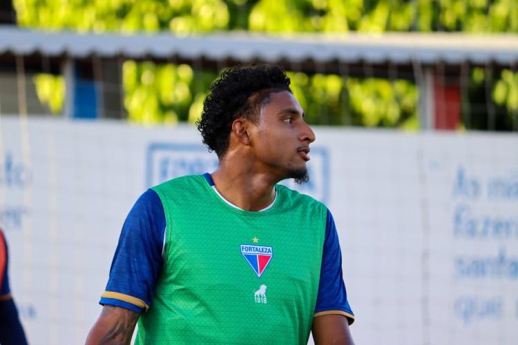 Volante Éderson em treino do Fortaleza no Centro de Excelência Alcides Santos, no Pici (Foto: Leonardo Moreira/Fortaleza EC)