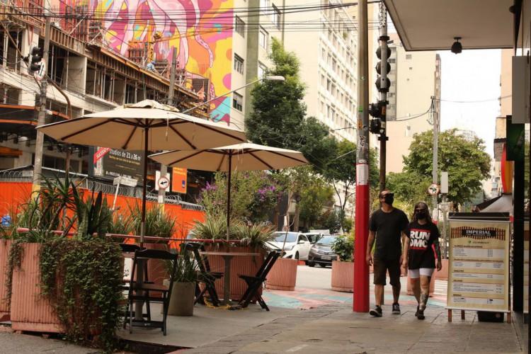 São Paulo - O projeto Ruas SP, da prefeitura de São Paulo, autoriza que bares e restaurantes ocupem com mesas e cadeiras a faixa de rua destinada ao estacionamento de veículos para atendimento público ao ar livre. (Foto: Rovena Rosa/Agência Brasil)